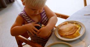 Tapa de la abertura de la muchacha del tarro en casa 4k almacen de metraje de vídeo