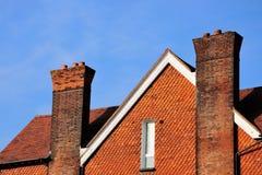 Tapa de la casa con las chimeneas Imagen de archivo