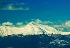 Tapa de la montaña bajo nieve Fotos de archivo libres de regalías
