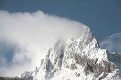 Tapa de la montaña con nieve Foto de archivo libre de regalías