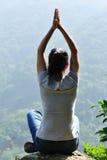 Tapa de la montaña de la mujer de la yoga fotos de archivo libres de regalías