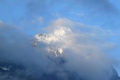 Tapa del Eiger suizo contra el cielo nublado azul Foto de archivo