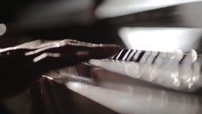 Tapa del piano del pianista y teclado abiertos del tacto con la pasión almacen de video