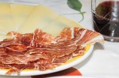 Tapa espagnol typique avec des tranches de jambon de serrano et de che de manchego Images stock