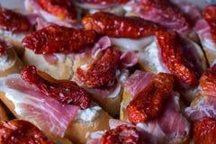 Tapa ist ein Aperitif oder ein Snack auf spanisch stockbild