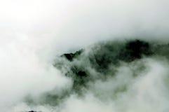 Tapa y nubes de la montaña Fotos de archivo