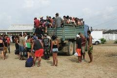 10/15/2018, Tapachula, Suchiate lub Ciudad hidalgo w Meksyk: Środkowo-amerykański uchodźcy wsiadają ciężarówkę na ich sposób półn obraz royalty free