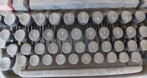 Tapant le clavier à la machine couvert par la poussière Images stock