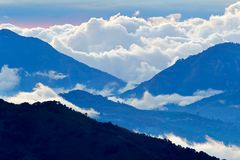 Tapanti nationl公园小山覆盖森林,哥斯达黎加 与白色暴风云的热带山 雨天在森林Tropi里 免版税库存图片