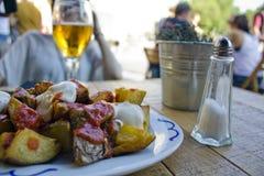 Tapas και μπύρα στη Βαρκελώνη στοκ εικόνα με δικαίωμα ελεύθερης χρήσης