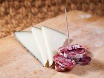 Tapas av ost och spanjorkorven Royaltyfri Bild