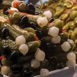 Tapas avec des olives et des conserves au vinaigre Tapas espagnols typiques Photo stock