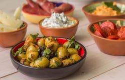 Tapas, azeitonas verdes, chouriço, manchego, tzatziki Imagens de Stock Royalty Free