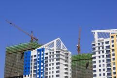 Tapas de edificios con grúa (ascendentes cercanos) Imagen de archivo
