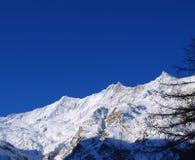 Tapas de la montaña en el honorario de Saas Imágenes de archivo libres de regalías