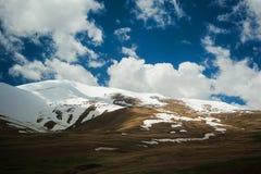 Tapas de la montaña en nubes imagenes de archivo