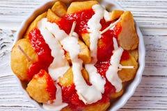 Tapas de pinchos de pommes de terre de Bravas d'Espagne Images stock