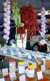 Tapas e especiarias para a venda em um mercado espanhol Fotografia de Stock