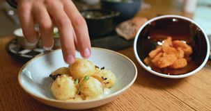 Tapas in een restaurant stock footage