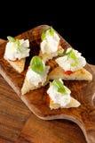 Tapas españoles de la comida Pan tostado con queso fresco Imagenes de archivo