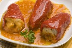 Tapas españoles. Pimientas rojas rellenas. Foto de archivo