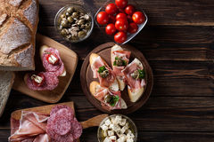 Tapas espagnols avec le serrano, le salami, les olives et le chee de jamon de tranches Photographie stock libre de droits