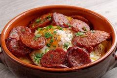 Tapas espagnols avec les pommes de terre et le chorizo Photos libres de droits