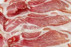 Tapas espagnols classiques : jambon coupé en tranches servi sur un plat Photo stock