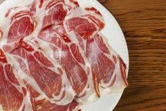 Tapas espagnols classiques : jambon coupé en tranches servi sur un plat Images stock