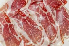Tapas espagnols classiques : jambon coupé en tranches servi sur un plat Photos libres de droits