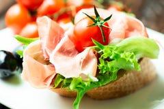 Tapas espagnols de jambon de serrano sur le pain Image libre de droits
