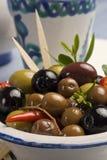 Tapas espagnols. Olives dans une plaque. Image libre de droits