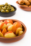 Tapas espagnols traditionnels Croquettes, olives et bravas de patatas Photo libre de droits