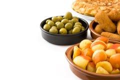 Tapas espagnols traditionnels Croquettes, olives, jambon et bravas de patatas d'isolement Photographie stock