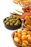 Tapas espagnols traditionnels Croquettes, olives, jambon et bravas de patatas d'isolement Photos stock