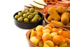 Tapas espagnols traditionnels Croquettes, olives, jambon et bravas de patatas d'isolement Image stock