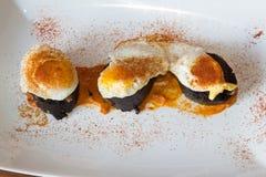 Tapas espanhóis tradicionais da salsicha e da pimenta de Caiena do ovo de codorniz Foto de Stock Royalty Free