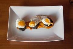 Tapas espanhóis tradicionais da salsicha e da pimenta de Caiena do ovo de codorniz Imagem de Stock Royalty Free