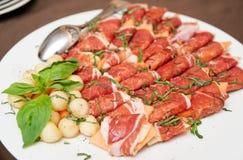 Tapas met genezen ham, basilicum en meloenballen Stock Fotografie