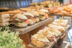 Tapas misti spagnoli, cucina basca, pintxos Bilbao, Spagna fotografia stock