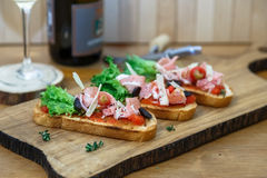 Tapas mit krustigem Brot - Auswahl von spanischen Tapas diente auf Stangenbrot Lizenzfreies Stockfoto