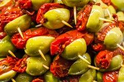 Tapas olives espagnols typiques dans une barre Images stock