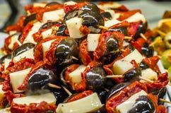 Tapas olives espagnols typiques dans une barre Photographie stock