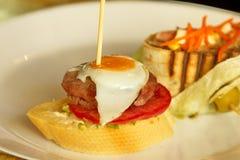 Tapas spagnoli con l'uovo di quaglia sulla cima fotografia stock libera da diritti