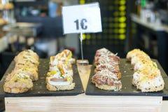 Tapas spagnoli misti, cucina del Paese Basco. Fotografia Stock Libera da Diritti