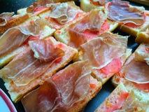 Tapas: Uma placa do espanhol cortado delicioso secou o presunto ou o Jamon Serrano, uma guloseima mundialmente famosa da Espanha Fotografia de Stock Royalty Free