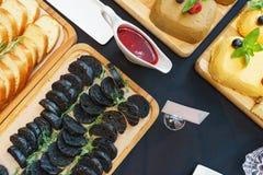 Tapas und leichte Mahlzeiten, Canapes auf dem Tisch im Restaurant stockfotos