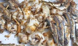 Tapas van calamarisardines, en geroosterde inktvissen stock foto's
