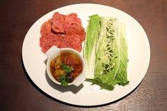 Tapas vegetarianos deliciosos - cardo, ratatouille y pan fotografía de archivo