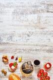 Tapas y botella españoles de vino rojo en una tabla de madera Foto de archivo libre de regalías